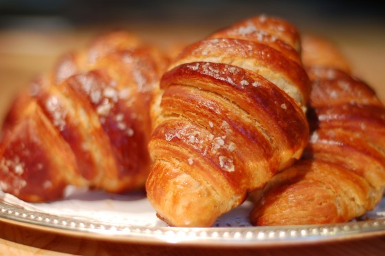 best-design-guides-food-you-must-try-in-paris-croissant